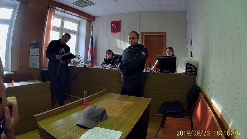 Неизвестное лицо в черной мантии признаёт Конституцию РФ
