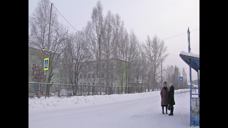 Жительница поселка Энергетиков Светлана Клепикова обращается через экран к руководству Серовавтодора