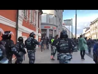 ОМОН задерживает людей под звон колоколов Рифмы и Панчи
