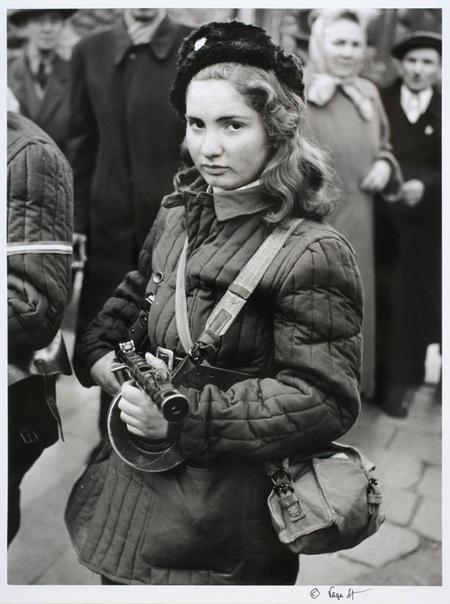 Девушка в ватнике с советским пистолетом-пулеметом это не брянская партизанка Валя Сафронова, а участница венгерского восстания 1956 года Эрика Корнелия Селеш Во время восстания ей было 15 лет.