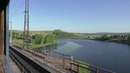 Вид назад из окна вагона поезда. Поездка на поезде в России
