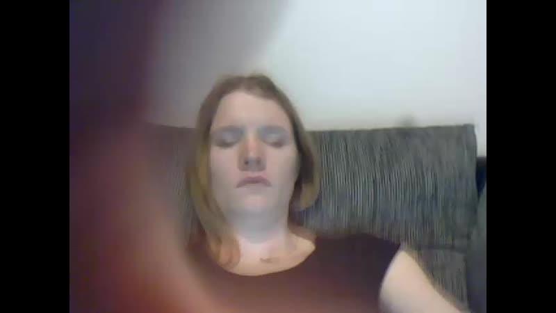 krasivaya-devushka-masturbiruet-v-veb-kamere-raz-poocheredi-pizdu