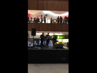 """Мехико затопило торговый центр, и игравшие там музыканты решили исполнить саундтрек из """"Титаника"""""""