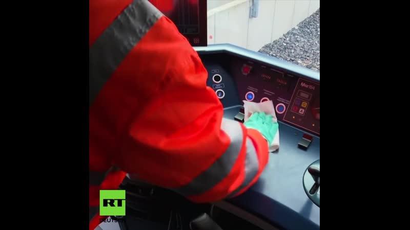 Nicht nur sauber sondern rein Mitarbeiter der Berliner S Bahn desinfizieren die Züge