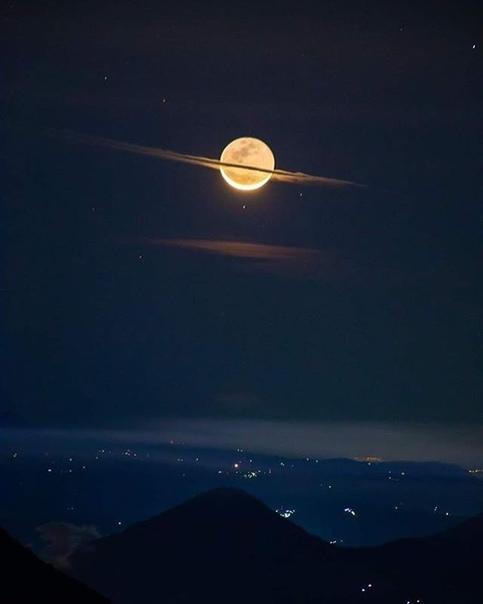 Ночь, когда Луна выглядит в образе Сатурна (Пакайя, Гватемала)