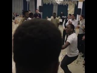 Невеста танцует с гостями свадьбы. Видео: Instagram