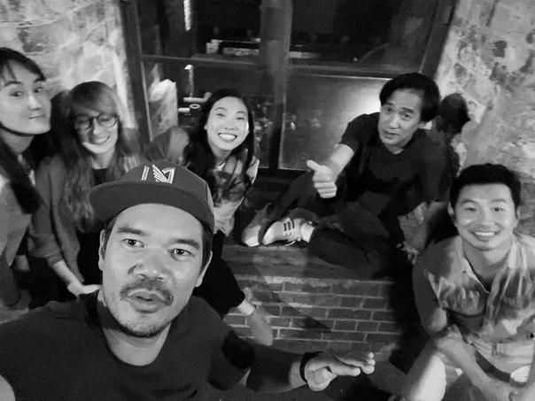 Дестин Креттон, режиссер «Шан-Чи и Легенды десяти колец», опубликовал фото с кастом блокбастера, сделанное до введения карантина Когда съемки возобновят
