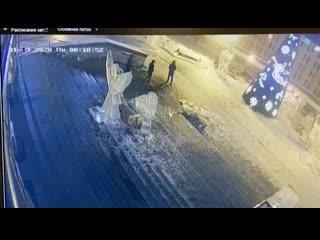 Вандалы ломают фигуры у собора в Ижевске