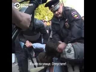 На Арбате в Москве полицейские жестко избивают лежащих на земле людей.mp4