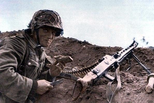 Немецкий пулеметчик за обедом.