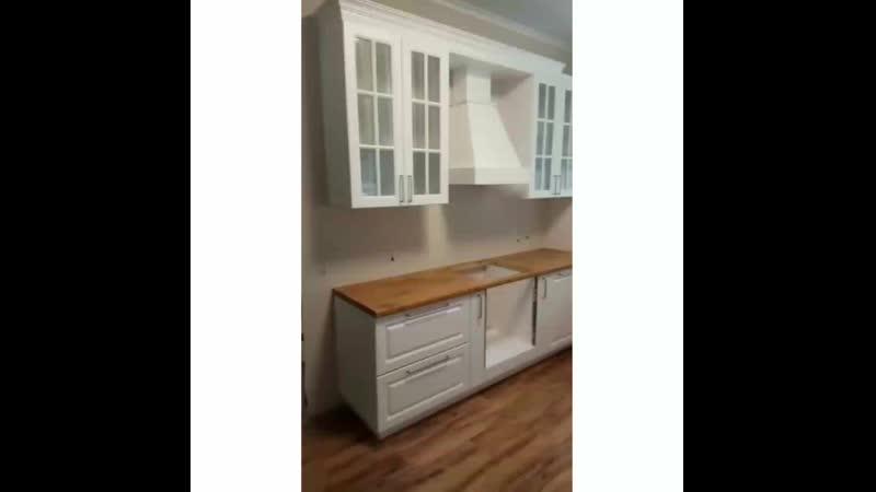 Большая белая кухня в частный дом