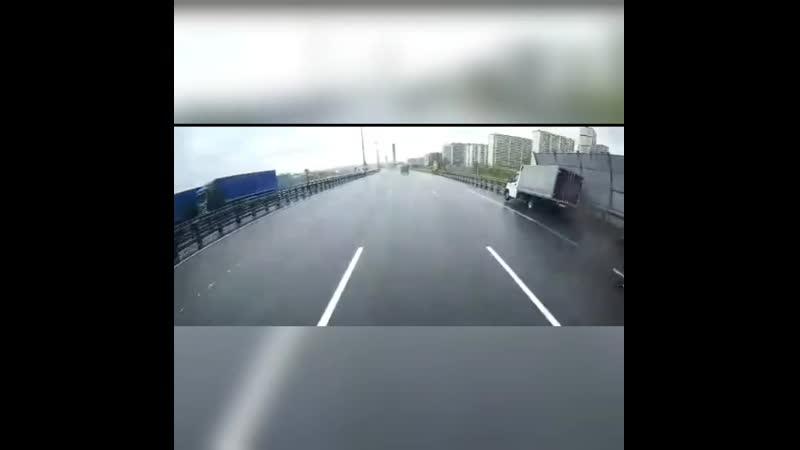 Совершил аварию и скрылся в тумане