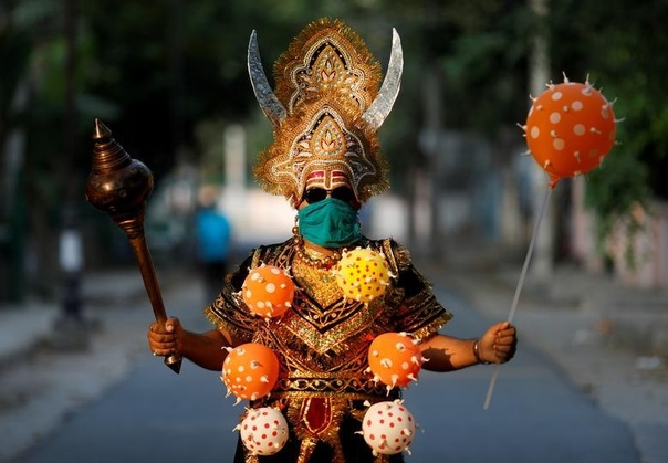 Мужчина в костюме индуистского бога смерти Ямараджа. Нью-Дели, Индия. Наши дни.
