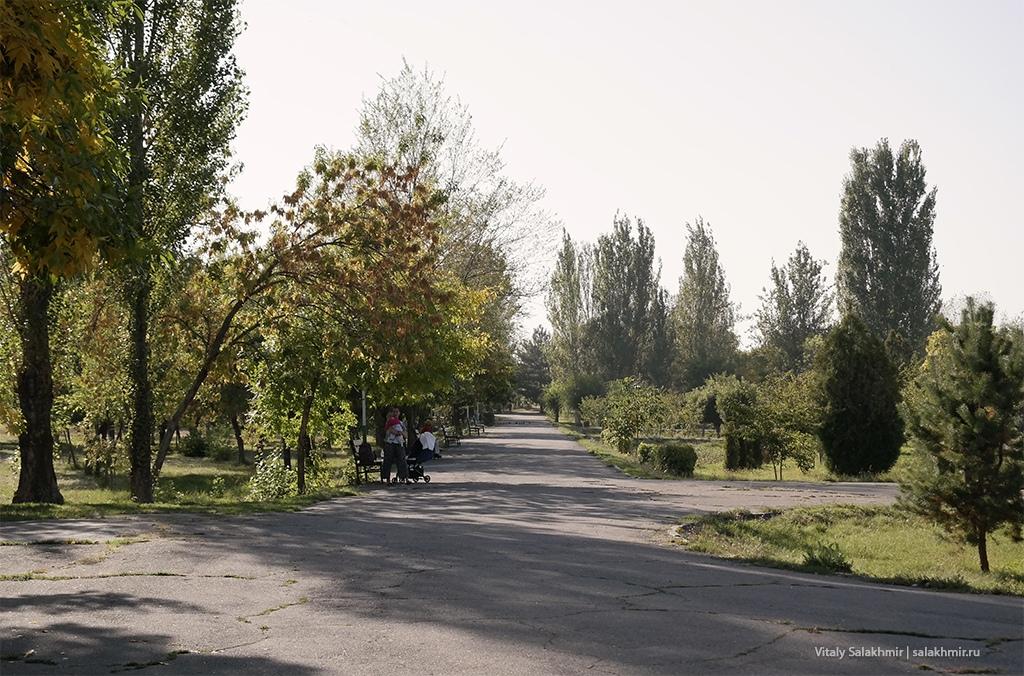 Скамейки, аллея возле мемориала ленинградцам, Бишкек 2019