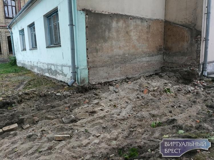 У старого корпуса университета им. Пушкина убрали бетонный забор - будет скверик