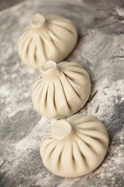 Хинкали (около 15 штук, время приготовления 1 час 20 минут) Хинкали принято считать чем-то сродни пельменям или мантам. Но что, если хинкали это маленькая порция супа, заключенная в тесто