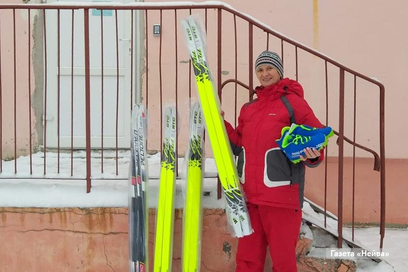 Фонд Антона Шипулина и «Уральские пельмени» подарили детям лыжи