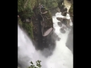 Водопад Котел Дьявола, Эквадор. Ощущение, которое испытывает турист, оказавшись между черной скалой и бесконечным потоком воды н