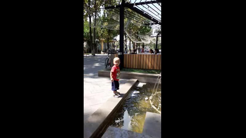 Тех паркте акесимен баласы фонтан ойнап