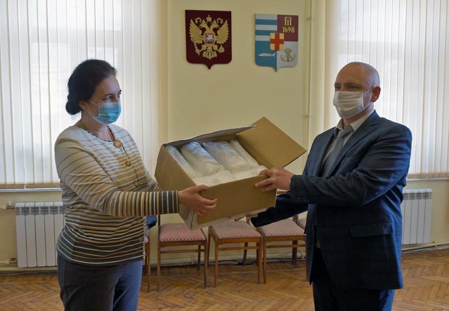 Глава города Таганрога Инна Титаренко передала медицинские маски таганрогскому военкомату