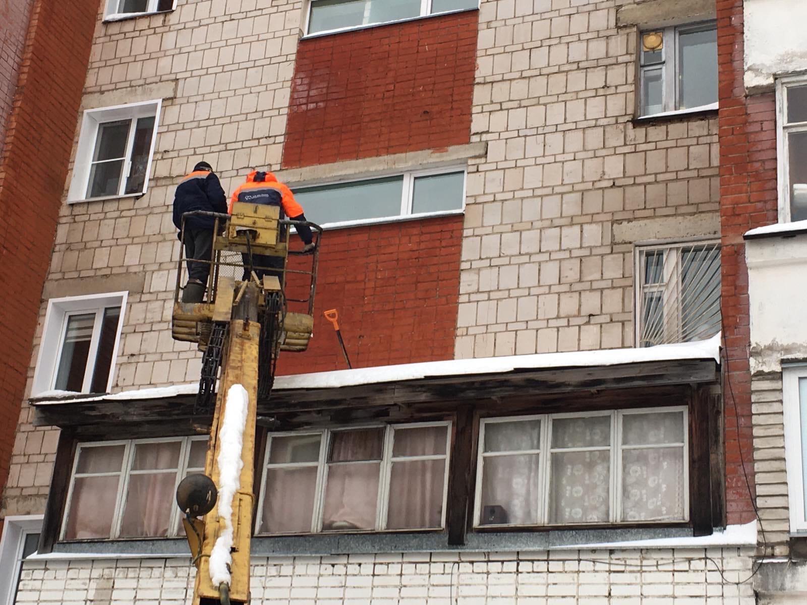 Очистка козырьков над входными группами .Московская101 .2