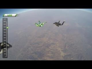 Американец Люк Айкинс прыгнул без парашюта с 7500 метров и приземлится на специальную сетку.