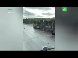 На мосту через Вуоксу перевернулся бензовоз