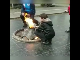 Дагестанские школьники жарят курицу на вечном огне (720p).mp4