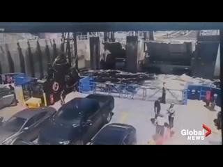 В Канаде мужик попытался долететь на отплывающий паром и ему это удалось