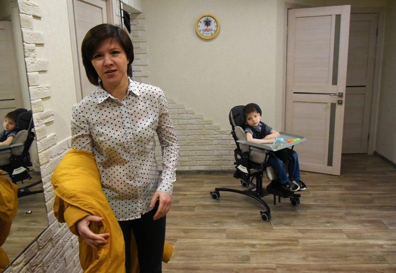 Комнатная коляска Hoggi Bingo Evolution позволяет Артёму удобно сидеть, передвигаться и заниматься своими делами