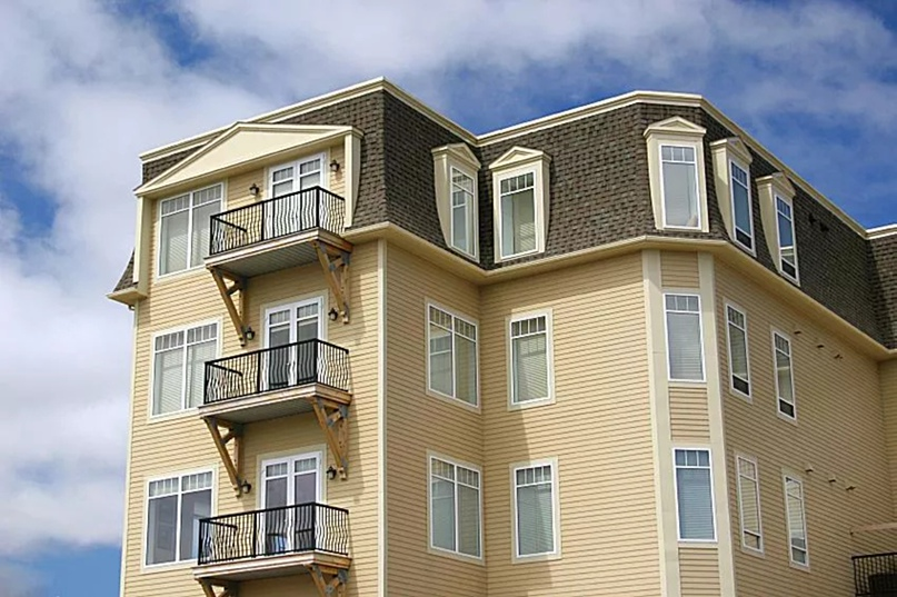 Современный жилой дом с мансардной крышей