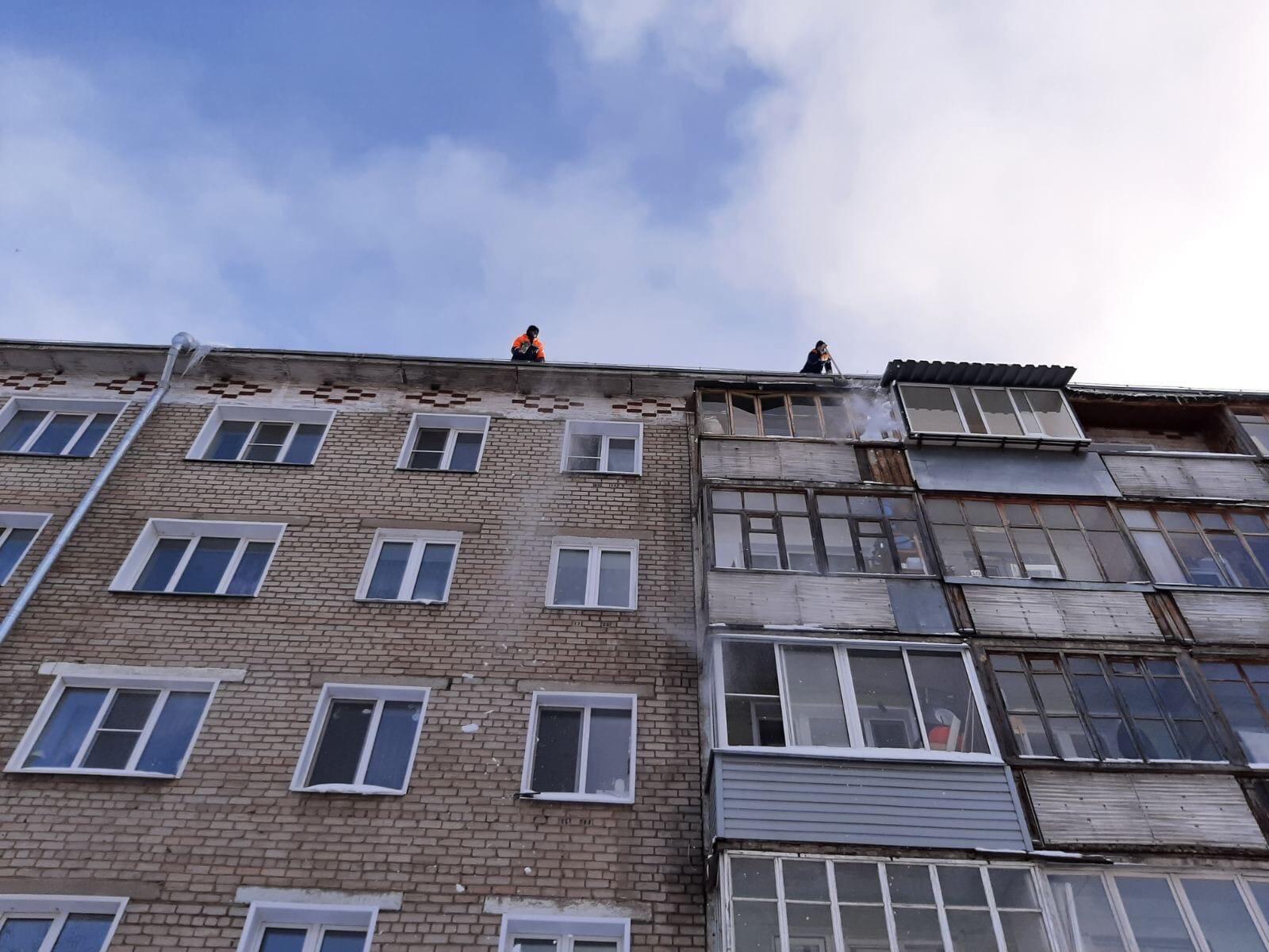 Лепсе 38. Чистка кровли. и 10 балконов.