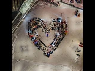 В Киеве и Одессе автомобилисты сделали яркие валентинки из машин.