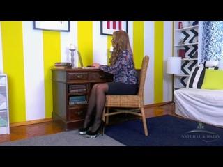 Sofi Goldfinger на плетеном кресле со стеклянным дилдо