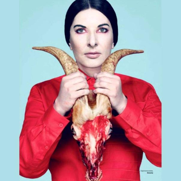 Marina Abramovich con la testa recisa e sanguinante di un caprone