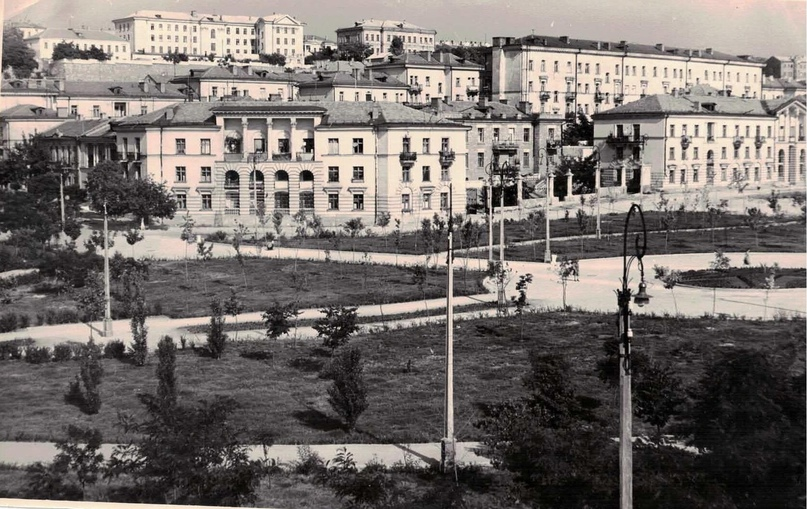 Комсомольский парк им. Марии Байды, вместо круглой клумбы сейчас фонтан.