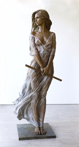 Скульптор Лу Ли Рон со своими произведениями из бронзы Luo Li Rong китайская женщина-скульптор. Она родилась в 1980 году и с ранних лет интересовалась искусством. В 2005 году окончила пекинскую