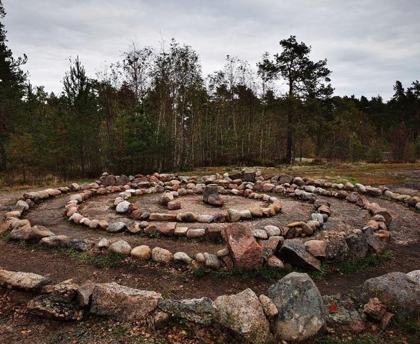 Каменный, спиралевидный, лабиринт на острове Густо...