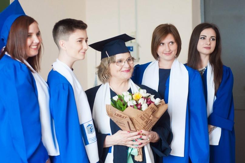 Фото: Людмила Петровна и выпускники 2016 года