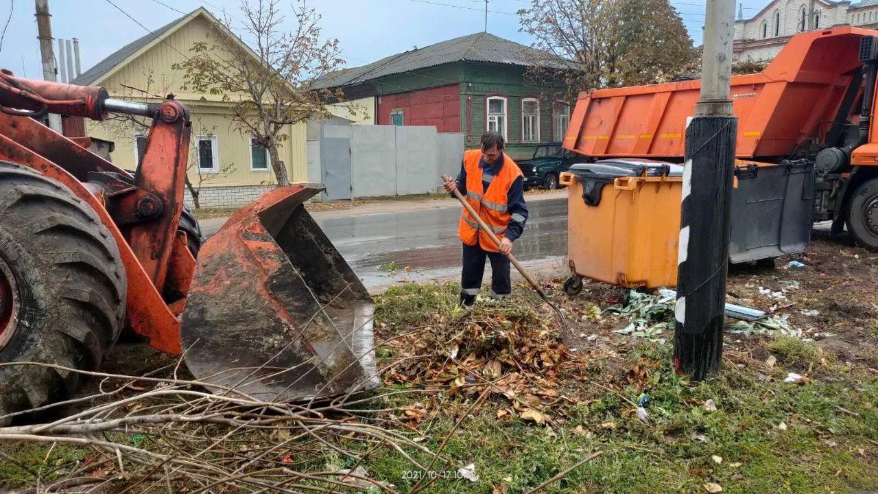 На улицах Петровска продолжаются работы по уборке территорий, прилегающих к контейнерным площадкам
