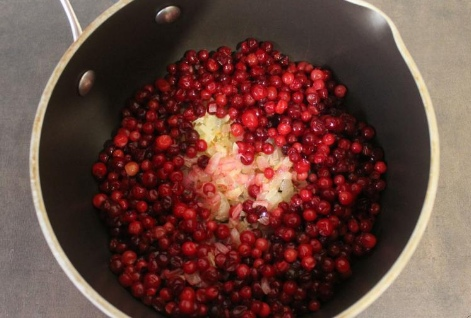 Брусничный соус Брусничный соус очень популярен в скандинавских странах. В России он тоже приобретает всю большую популярность. И не зря! Ведь он очень хорошо сочетается с любым видом мяса: