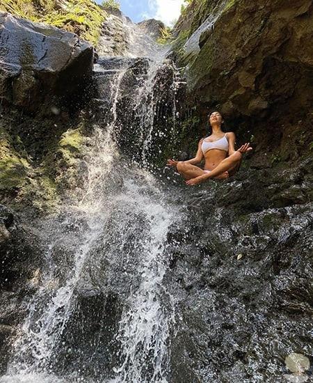 Пляжная романтика и единение с природой: Николь Шерзингер отдыхает с возлюбленным Томом Эвансом на Гавайях