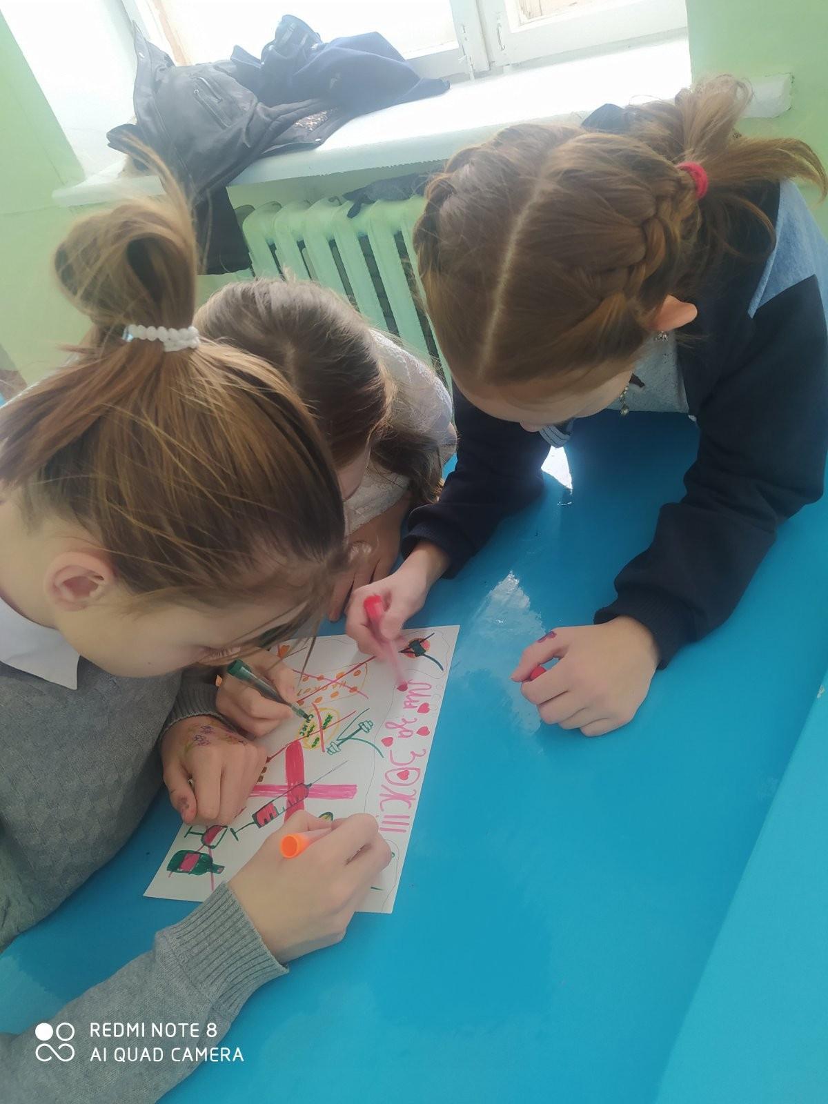 Команда девочек рисуют плакат ЗОЖ