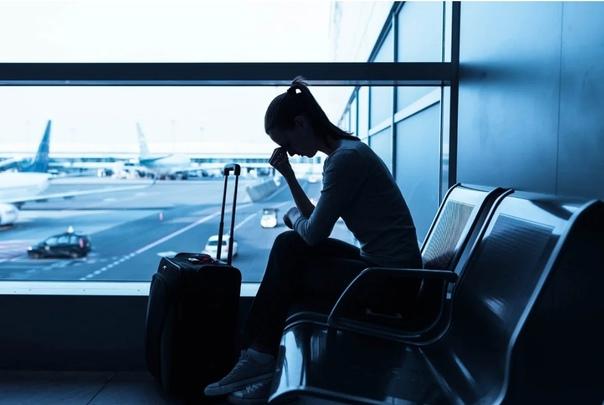 «Аривидерчи, любимая!». Грустная блондинка в чужом аэропорту Много лет в аэропортах теплых стран наблюдаю один и тот же сюжет. Фигуристая блондинка на каблуках шествует к стойке регистрации.