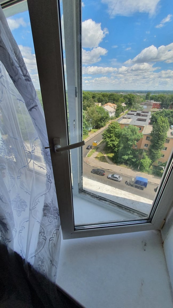 В Железногорске Курской области ребенок выпал из окна 5-го этажа