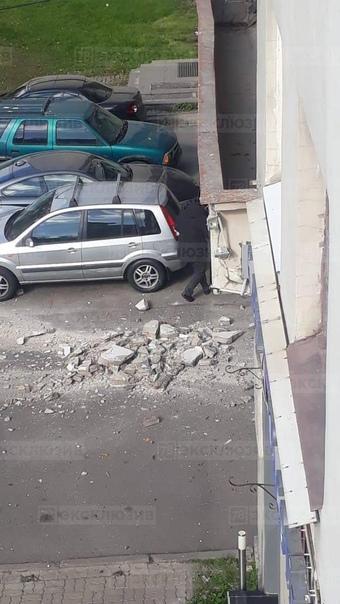 На Каменноостровском кусок фасада, упавший со здан...