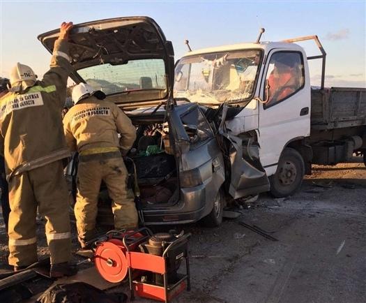 Три человека погибли в ДТП с легковушкой и грузови...