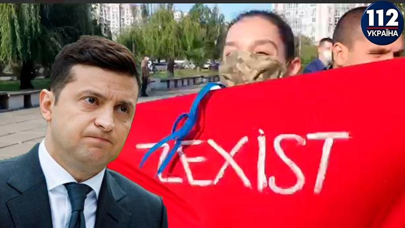 Полуобнаженная участница Femen выскочила навстречу президенту Зеленскому перед голосованием