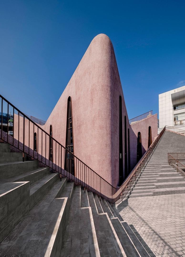 Церковь Хуасян в Фучжоу на юго-востоке Китая получила зал в розовом цвете с амфитеатрами на крыше.