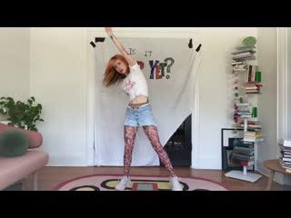 Хейли Уильямс из Paramore танцует в колготках и джинсовых шортиках / Hayley Williams dancing in pantyhose and jeans shorts